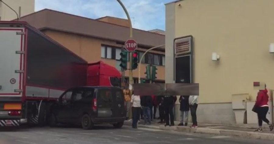 Scontro fra Fiat Doblò ed un Tir nel centro urbano di Putignano - AgoraBlog